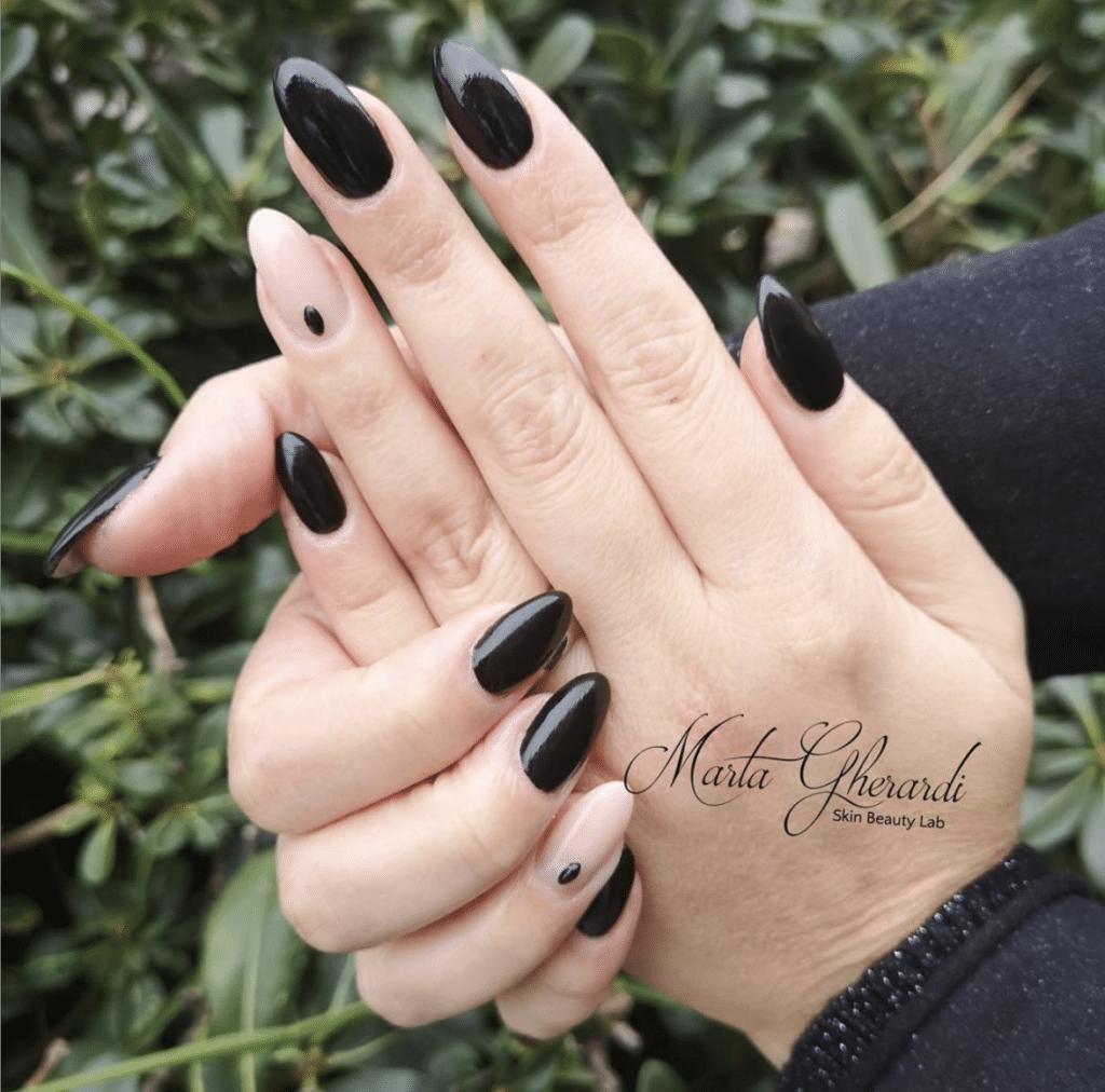 Nail art black & nude